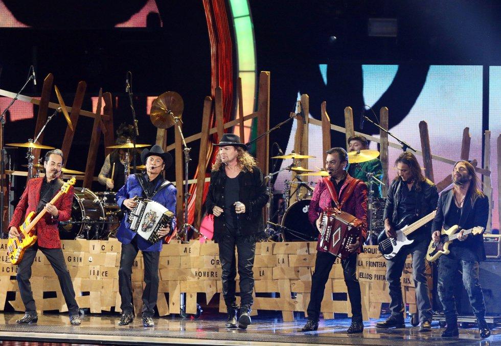 Mana y Los Tigres Del Norte, durante su actuación.