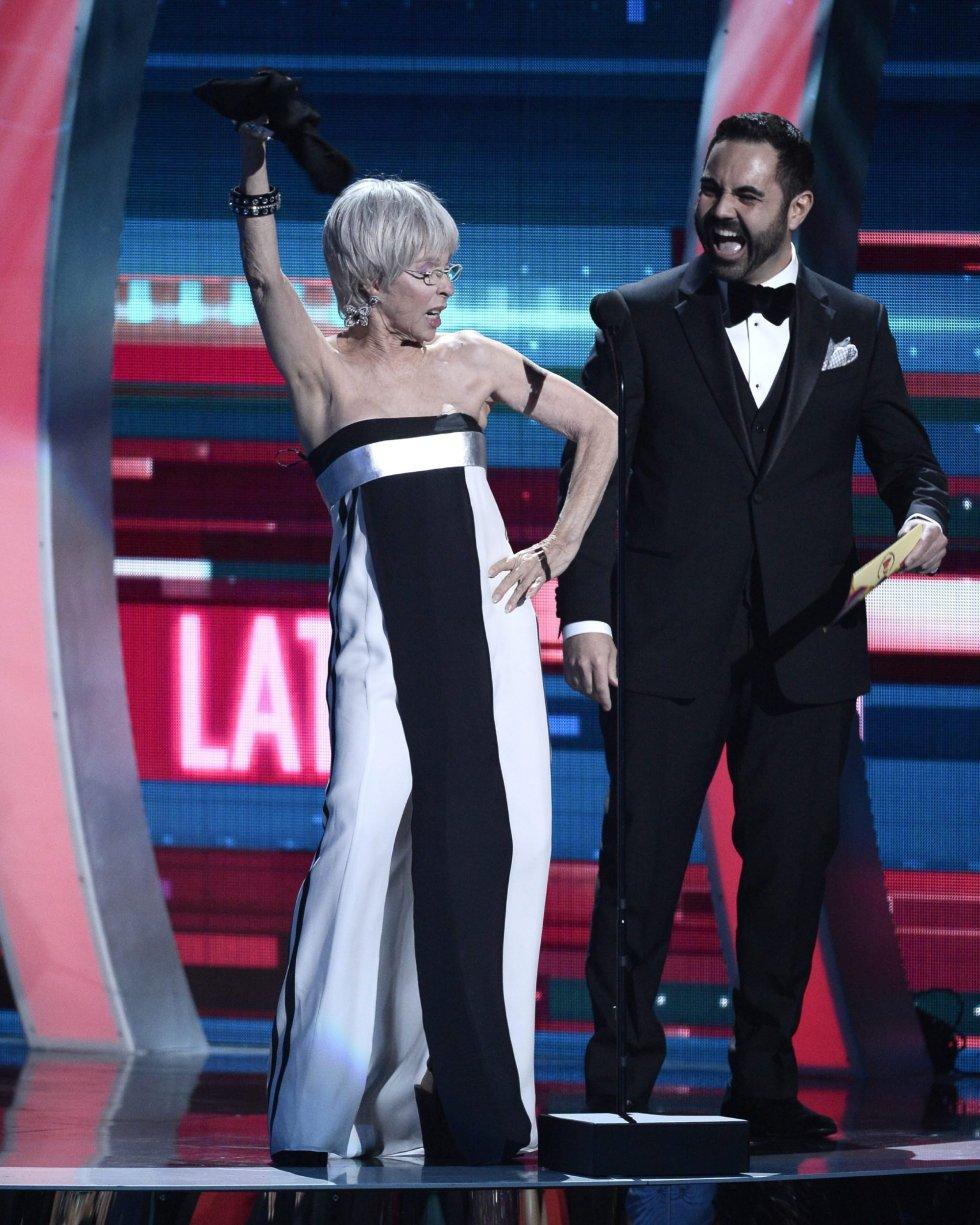 Rita Moreno y Enrique Santos intervienen durante la gala de los Premios Grammy Latinos en Las Vegas (Estados Unidos).