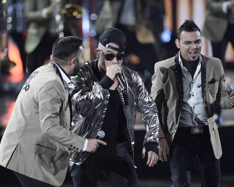 Miembros del grupo Recodo y Wisin (en el centro) actúan durante la 16 edición de los Grammy Latino, la gran fiesta de la música latina.