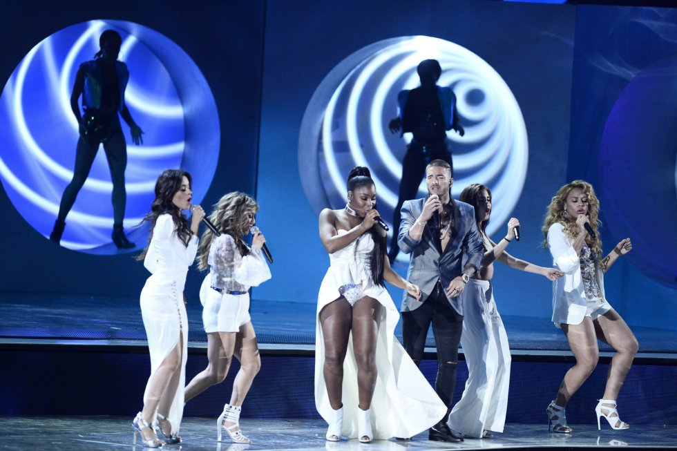 Miembros de Maluma y Fifth Harmony actúan durante la gala.