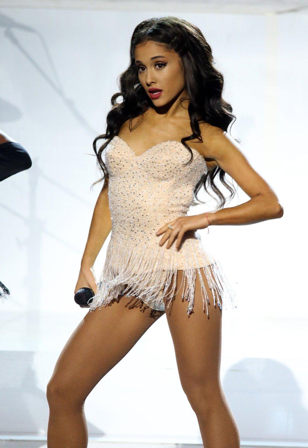 Ariana Grande, durante su actuación en los American Music Awards 2015.