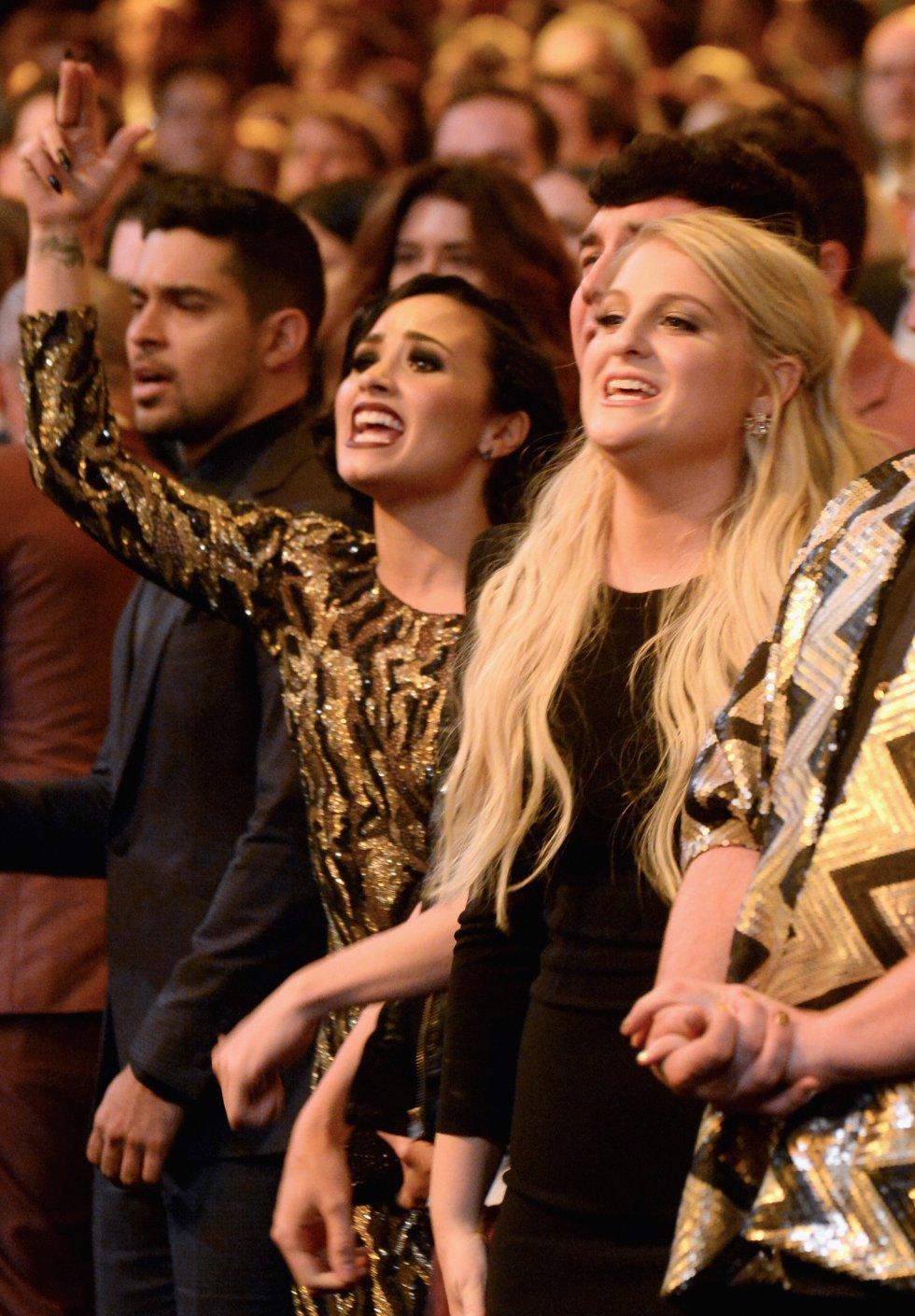 El actor Wilmer Valderrama y las cantantes Demi Lovato y Meghan Trainor, durante la ceremonia de los American Music Awards 2015.