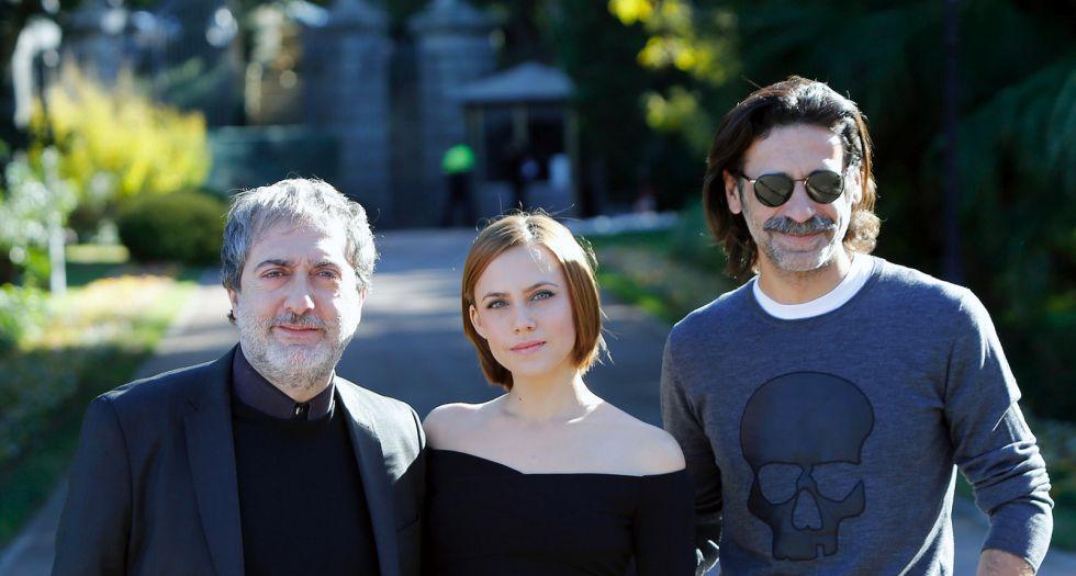 Parte del equipo de 'El Ministerio del Tiempo', de TVE, Premio Ondas a la mejor serie española de televisión.