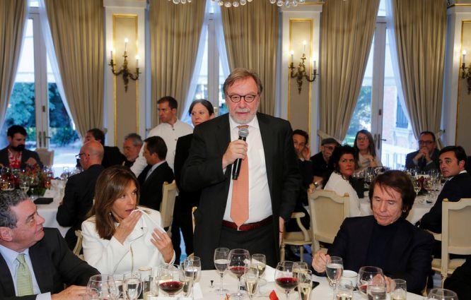 Juan Luis Cebrián, presidente ejecutivo de PRISA, se dirige a los premiados durante el almuerzo. En la mesa, Ana Blanco (mejor presentadora de televisión), Raphael (mejor trayectoria musical) y Augusto Delkader (presidente de PRISA Radio).