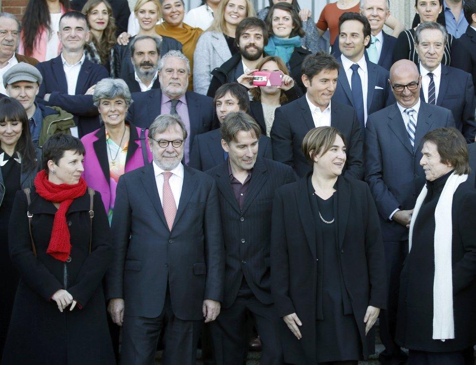 La alcaldesa de Barcelona, Ada Colau, el cantante Raphael, y el presidente de Prisa, Juan Luis Cebrián, entre otros, durante la foto de familia de los premiados y organizadores.