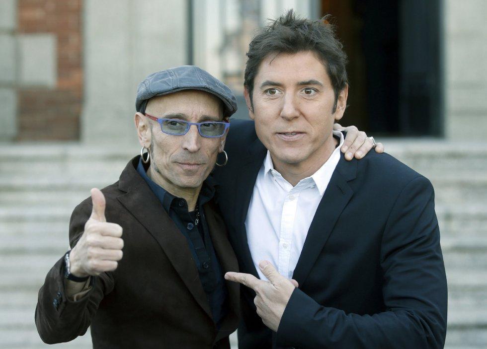 El cantante Fito junto al periodista Manel Fuentes, a su llegada la comida de presentación de la gala de los Premios Ondas.