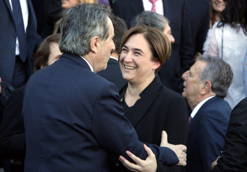 La alcaldesa de Barcelona, Ada Colau, saluda al periodista Iñaki Gabilondo.