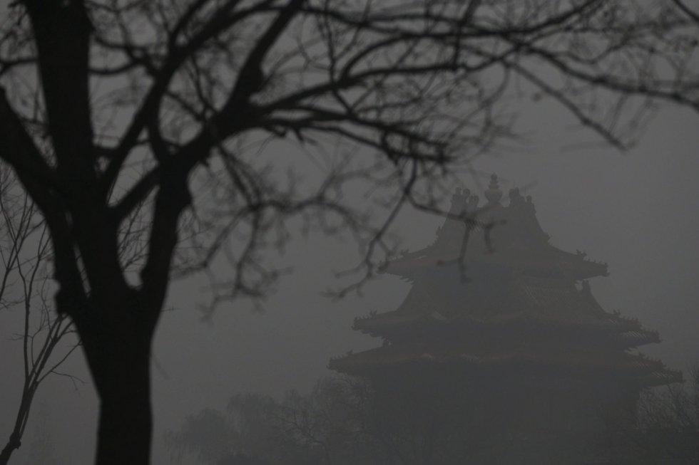 Una de las torres de la Ciudad Prohibida apenas se aprecia por la nube tóxica que cubre Pekín.