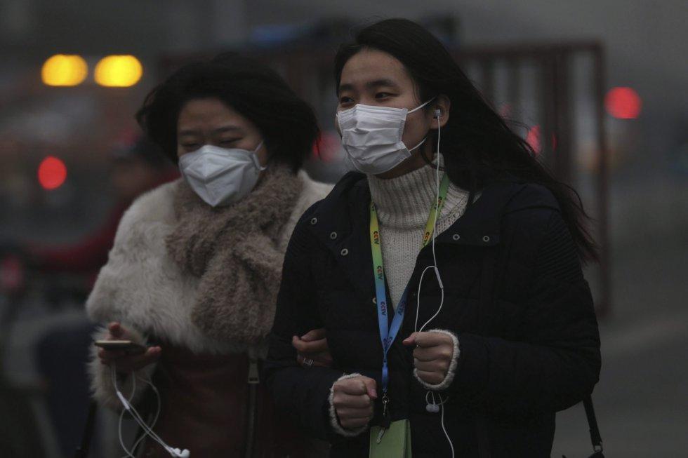 Dos mujeres caminan por las calles de Pekín (China).