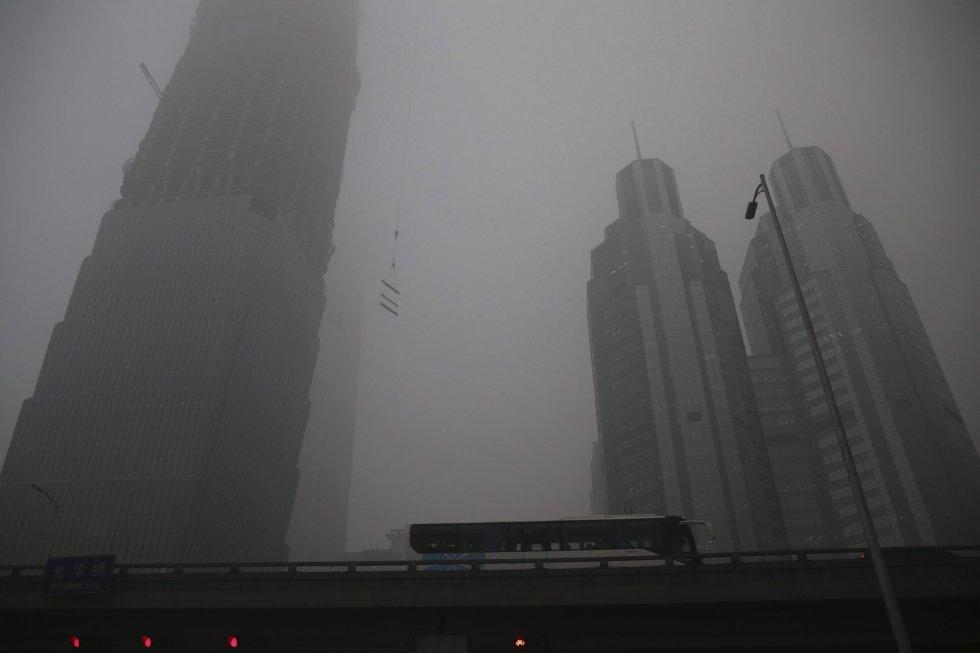 El tráfico circula por las calles de Pekín (China).