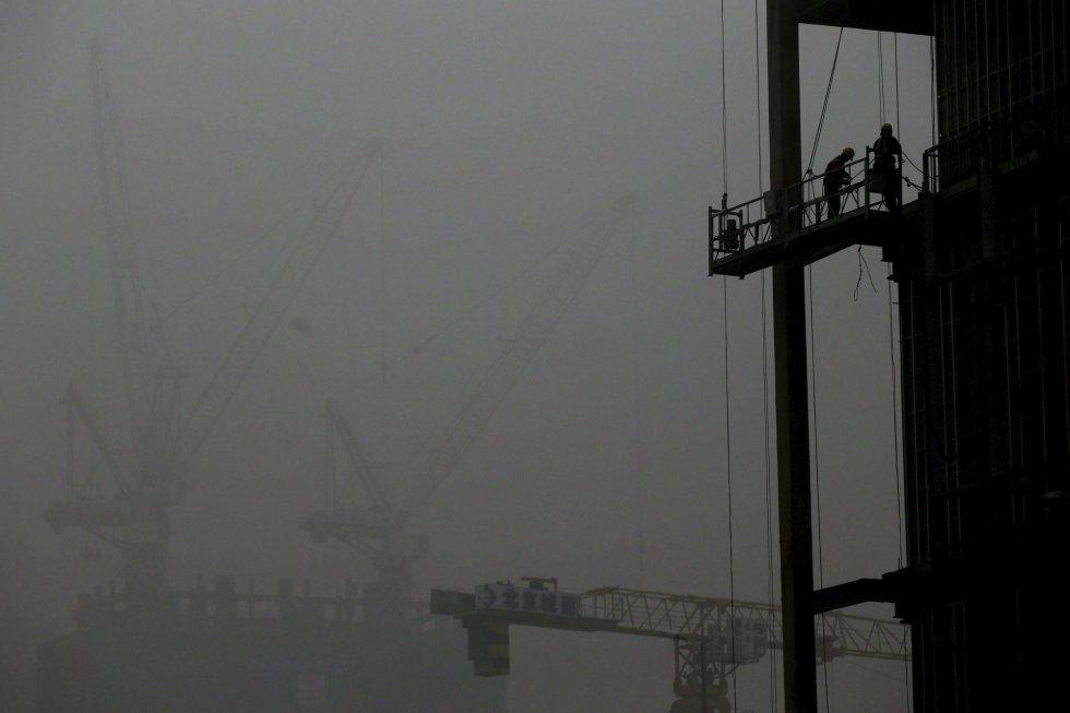 Trabajadores chinos trabajan en las obras de un edificio en construcción en Pekín (China).