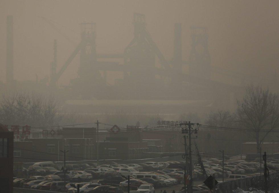 La bruma disumula las instalaciones de una central térmica en las afueras de Pekín (China).