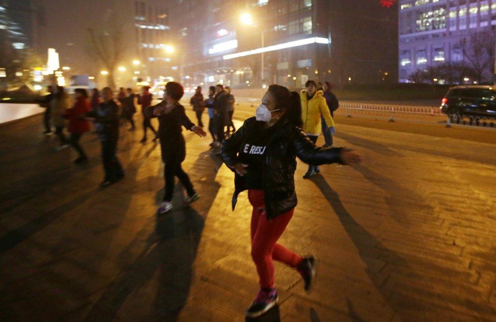 Ejercicios con máscaras en Pekín.