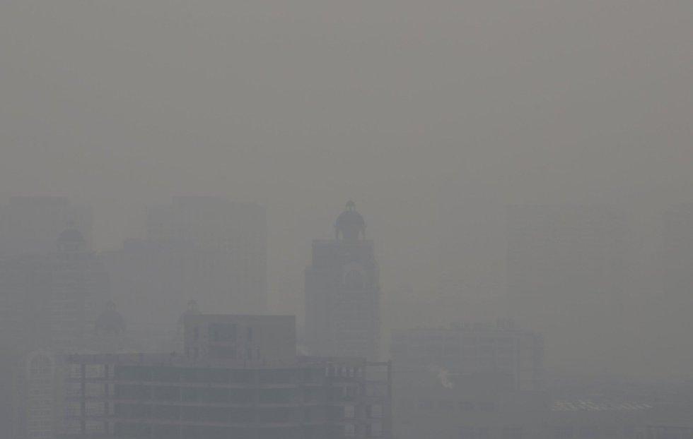 La conteminación apenas deja ver los edificios en esta imagen tomada en Pekín.