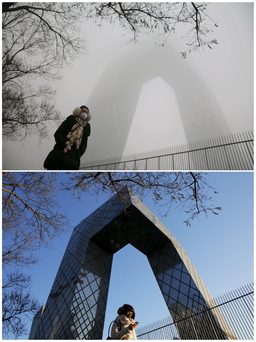 Una persona camina a los pies del edificio de la Televisión China (CCTV) bajo la contaminación y en un día soleado.
