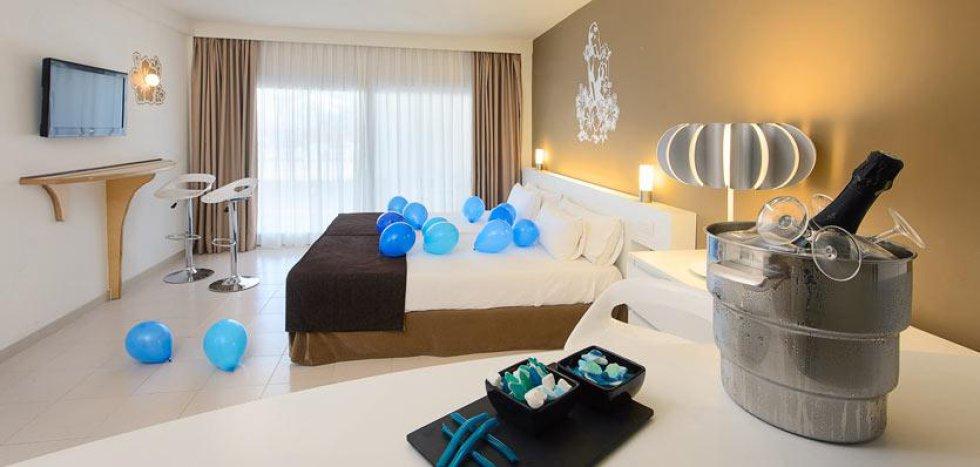 La decoración del hotel Sol Wave House de Mallorca (España) evoca el color y el aspecto de la red social. Incluso hay golosinas con la forma del conocido pajarito dispuestas en pequeños cuencos.