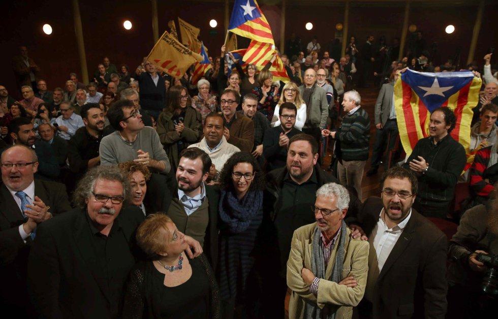 El cabeza de lista de ERC, Gabriel Rufián (5-i), junto a la secretaria general Marta Rovira (4-d) y el presidente del partido, Oriol Junqueras (3-d), entre otros, llegan al Teatre principal de Sabadell donde celebran el acto final de campaña para las elecciones generales