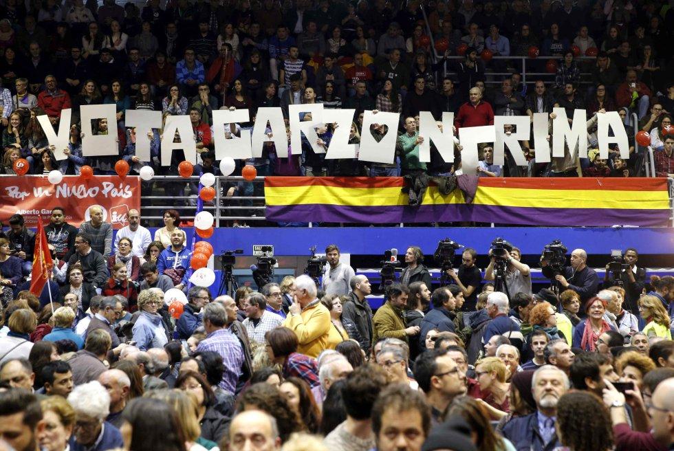 Militantes y simpatizantes asisten al mitin de cierre de campaña del candidato de IU-Unidad Popular, Alberto Garzón, para las elecciones generales del 20D, en el Polideportivo Municipal Juan de la Cierva de Getafe