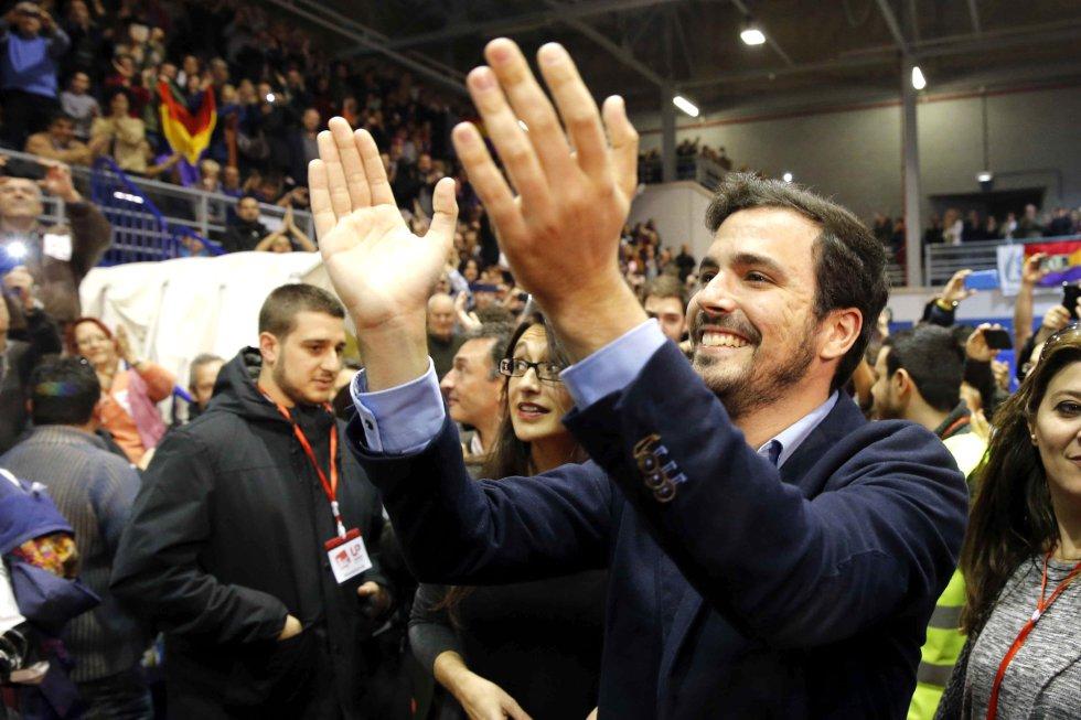 El candidato de IU-Unidad Popular, Alberto Garzón, saluda a los simpatizantes a su llegada al Polideportivo Municipal Juan de la Cierva de Getafe, donde se celebra el mitin de cierre de campaña de su partido para las elecciones generales del 20D