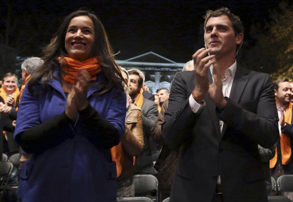 El líder de Ciudadanos Albert Rivera (d), acompañado por la portavoz en el ayuntamiento de Madrid Begoña Villacís (2i), durante el acto electoral de cierre de campaña que se celebra esta noche en la madrileña Plaza de Santa Ana