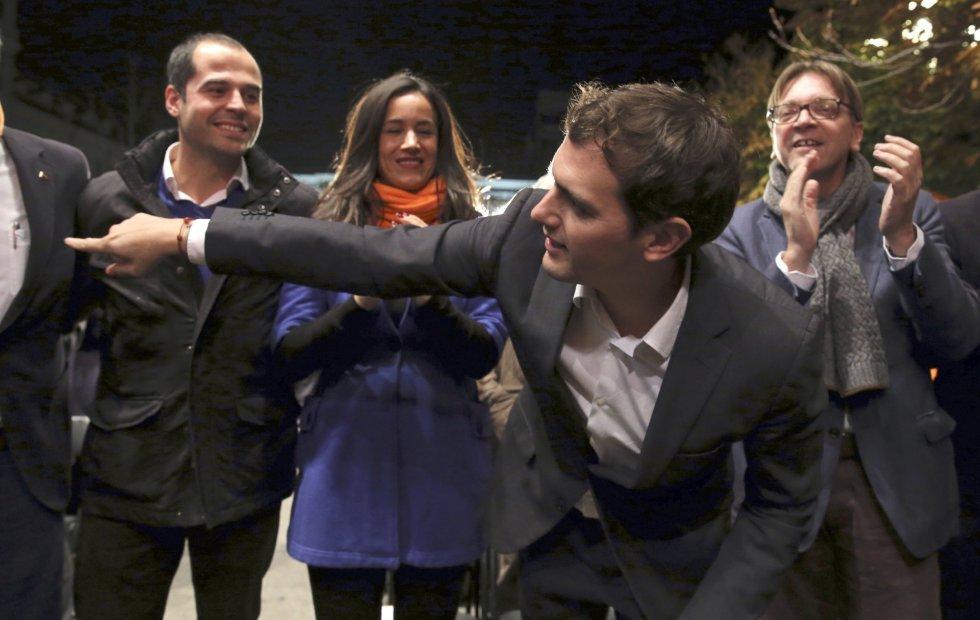 El líder de Ciudadanos Albert Rivera (delante), acompañado por el portavoz en la Comunidad de Madrid Ignacio Aguado (i) y la portavoz en el ayuntamiento Begoña Villacís (2i), durante el acto electoral de cierre de campaña que se celebra esta noche en la madrileña Plaza de Santa Ana.