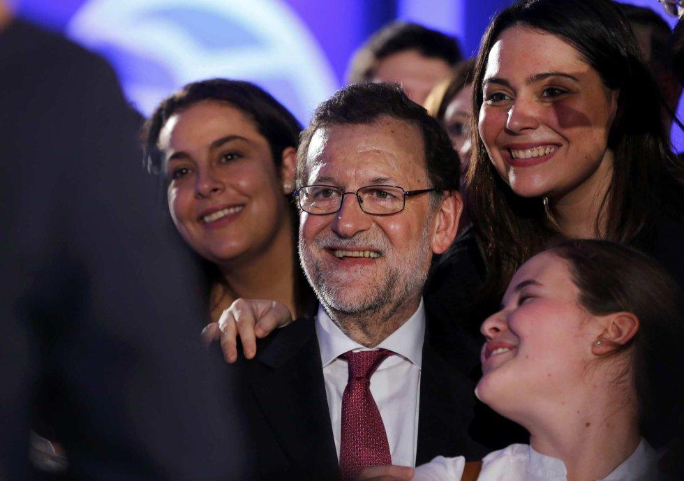 Unas jóvenes toman un selfie con Rajoy, el candidato del PP
