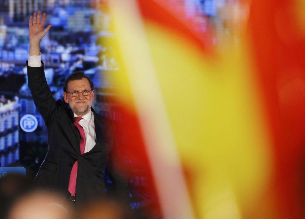 El presidente y candidato del PP, entre banderas de España en un acto en Valencia antes de cerrar la campaña en Madrid