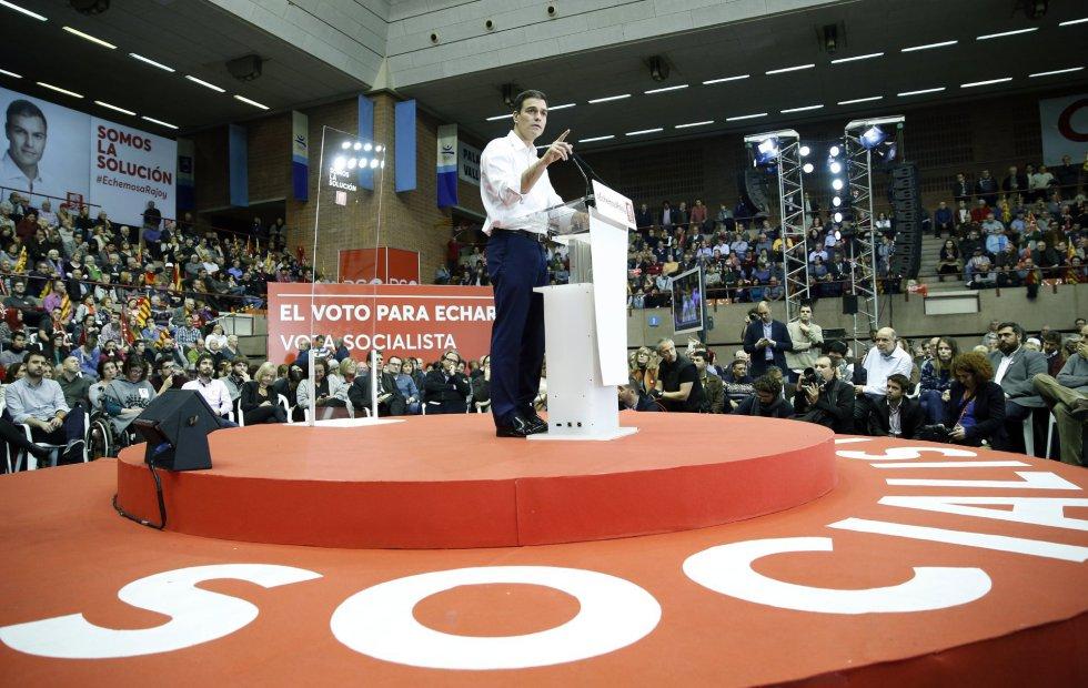 El líder del PSOE, Pedro Sánchez, durante el mitin de cierre de campaña del PSC ante 3.500 personas en el Pabellón Municipal Vall d'Hebron