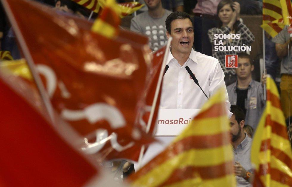El socialista Pedro Sánchez, durante su intervención entre banderas socialistas y catalanas