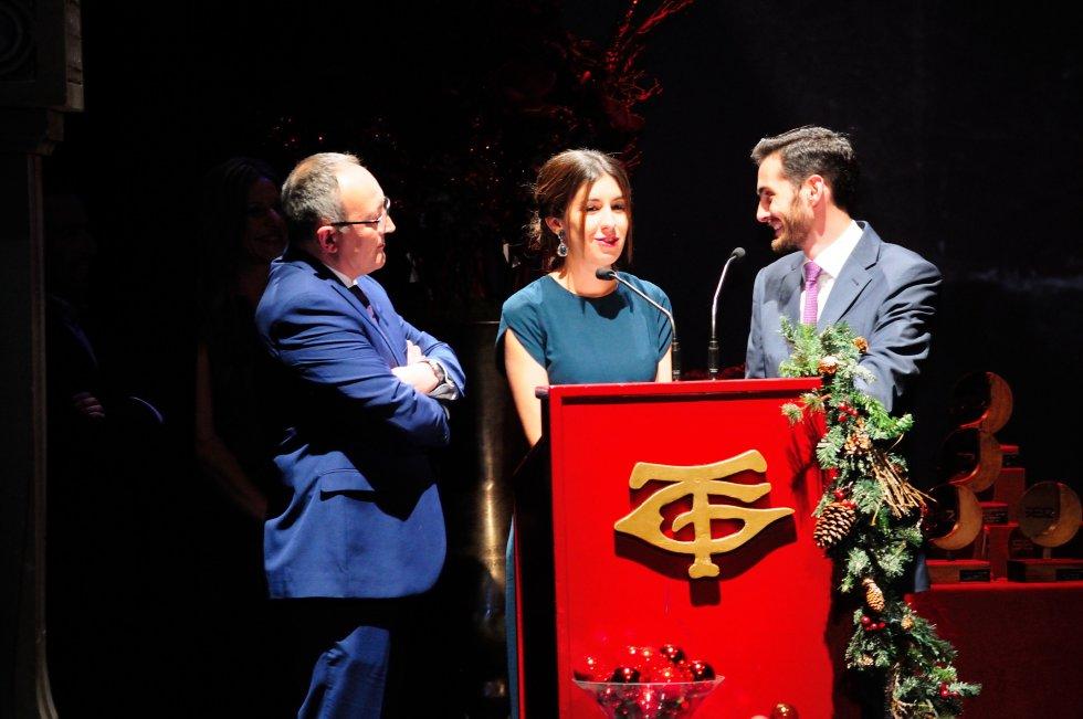 Manu Suero y Rocío Jiménez, alumnos del Centro de Arte León Ortega de Huelva fueron los ganadores del concurso convocado por la Cadena SER para el diseño de trofeo de las Uvas, con un premio de 3.000 euros