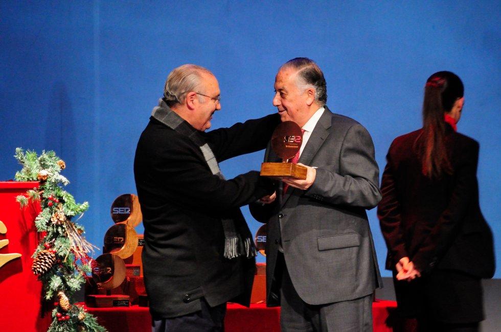 Diego Capado, párroco de la Concepción recibe el premio de manos de Enrique Pérez Viguera, subdelegado del Gobierno en Huelva