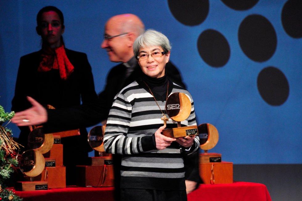 Hermana Sandra de la Casa Oasis muestra su trofeo, entregado por el Obispo de Huelva, Don José Vilaplana