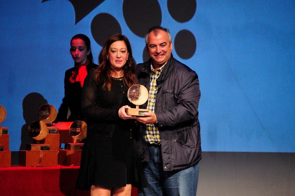 Manuela Romero, Presidenta del Fundación Cajasol Sporting Club de Huelva recibe el premio de manos de José Antonio Fernández, delegado de la Federación andaluza en Huelva