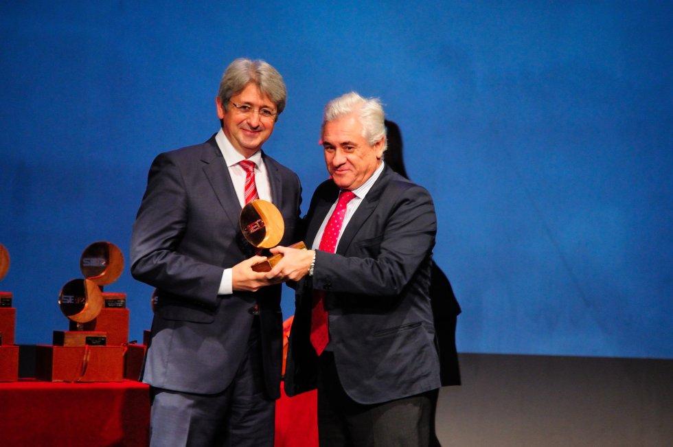 Jose Antonio Agüera, Director de Cepsa recibe el premio de manos de Miguel Palacios, Presidente de AIQBe