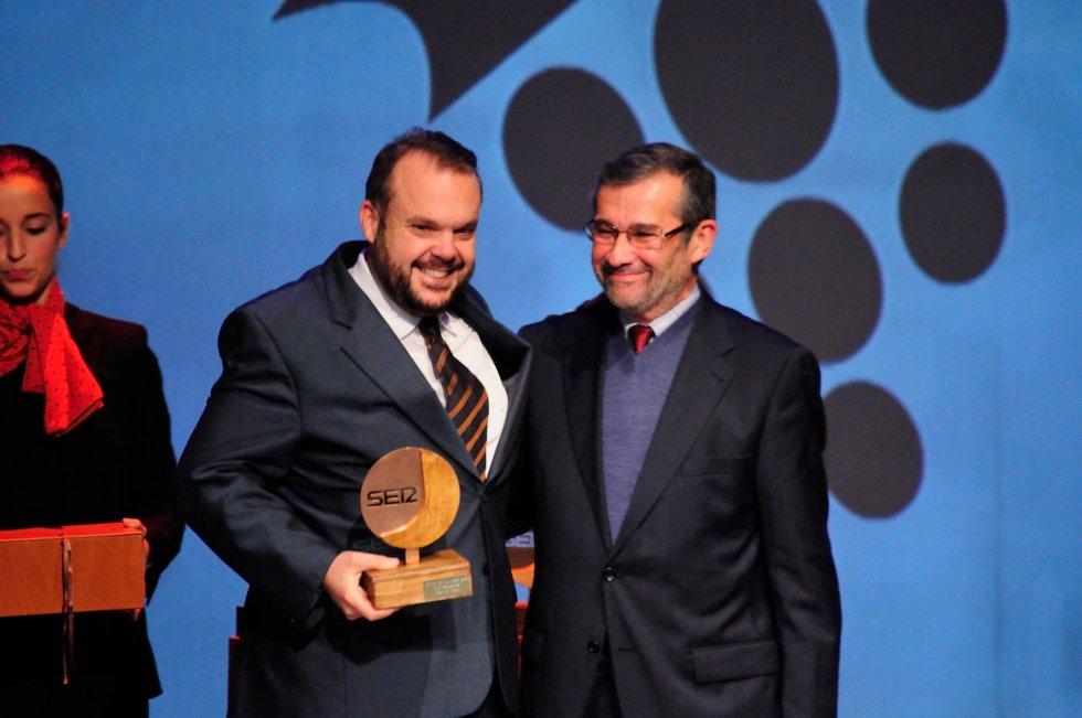 Luis de Vega, periodista gráfico recibe el premio de manos de Rafael Terán, Presidente de la Asociación de la Prensa y del Colegio de Periodistas de Huelva