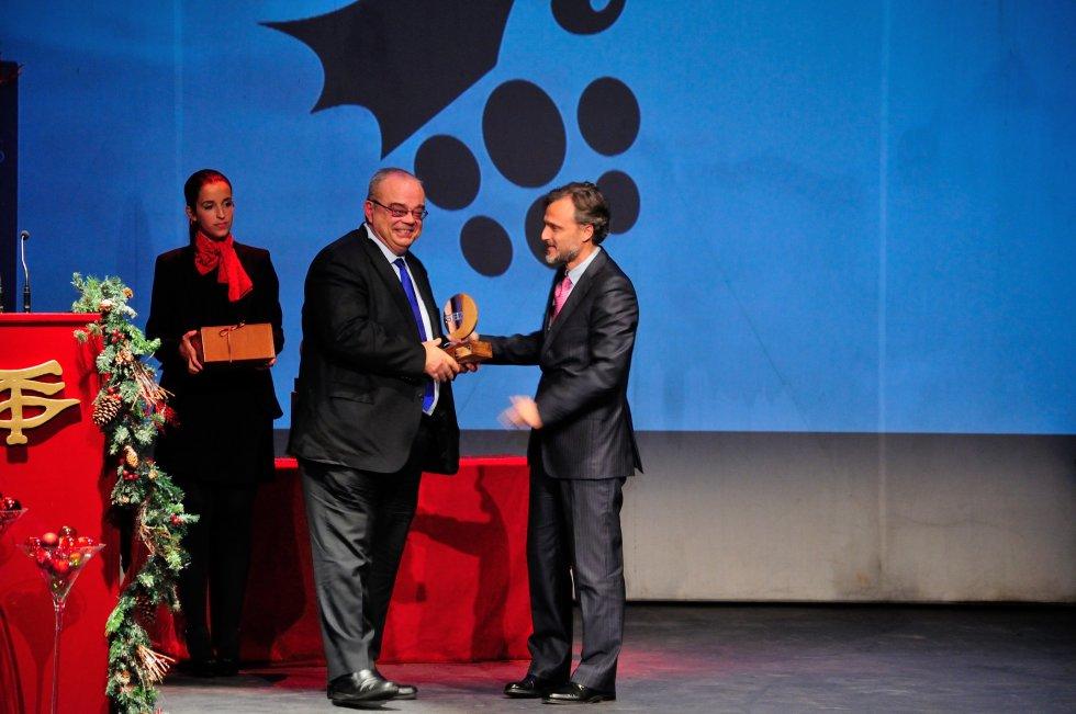 El Doctor Ramón Linares, de la unidad de urología del complejo hospitalario universitario de Huelva recibe el premio de manos de José Fiscal, Consejero de Medio Ambiente