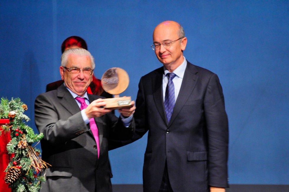 Juan Vázquez, Presidente de Proyecto Hombre recibe el premio de manos de Luis Miguel Pons, Subdirector Adjunto de acción social de la Fundación Cajasol