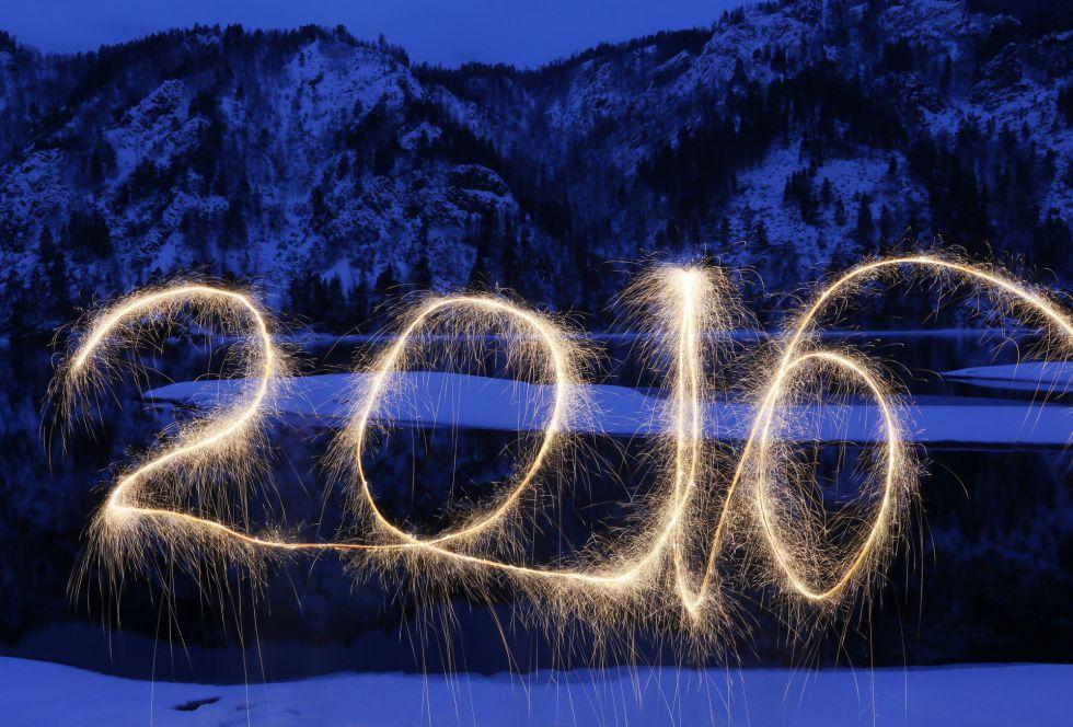 Las bengalas dibujan en el aire el nuevo año, a orillas del río Yenisei, fuera de la ciudad siberiana de Krasnoyarsk.