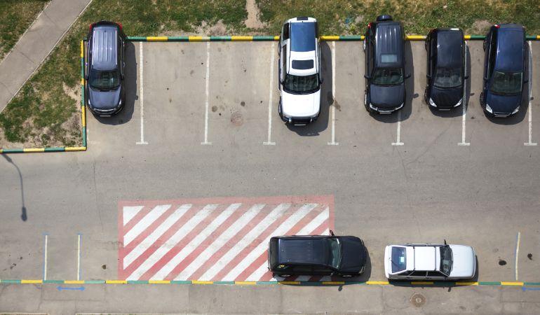 Lo estás haciendo mal: cómo aparcar en batería y respetar a los peatones