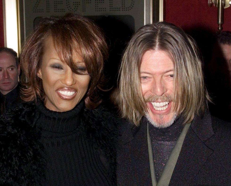 David Bowie y su mujer, Iman, posan para los fotógrafos en Nueva York, el 5 de febrero de 2001.