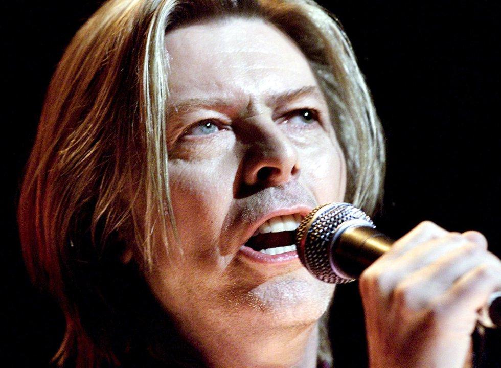 David Bowie canta en los Yahoo! Internet Life Online Music Awards en Nueva York, el 24 de julio de 2000.