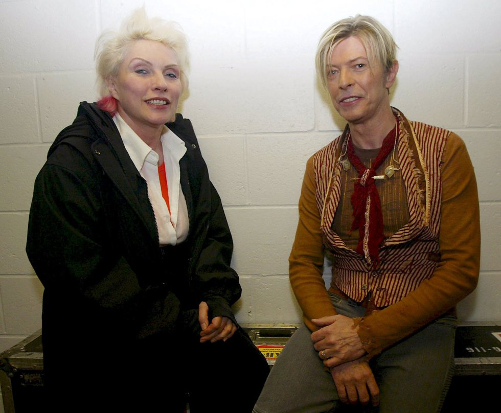 David Bowie, con Deborah Harry, vocalista de la banda Blondie, el 17 de noviembre de 2003.