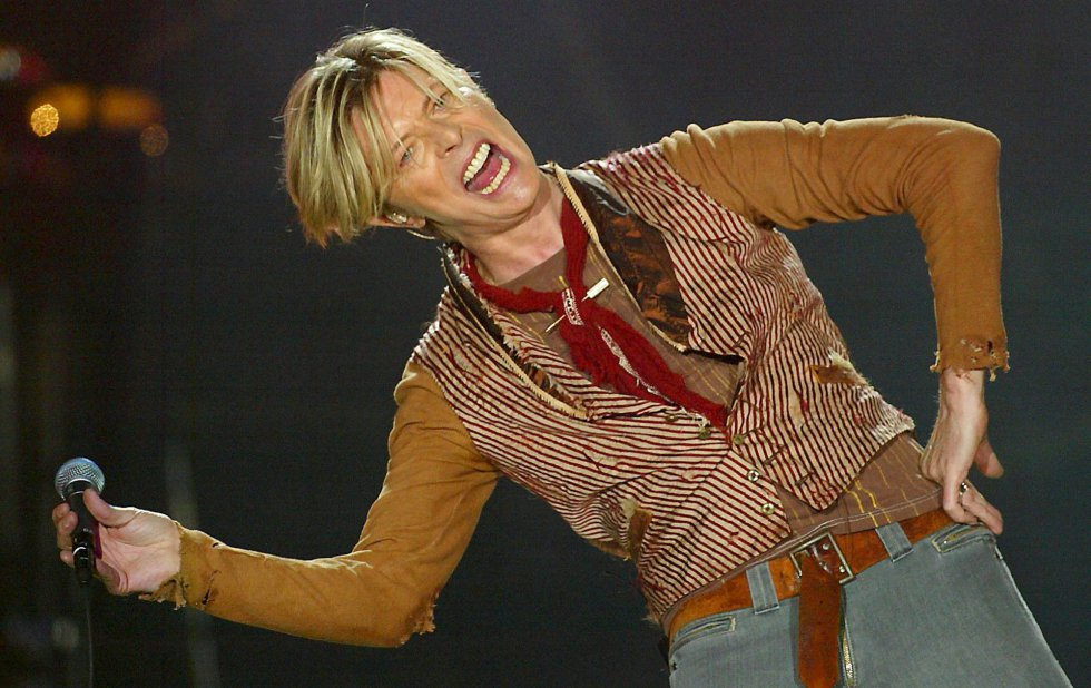 David Bowie, durante el primer concierto de su gira británica en Manchester, el 17 de noviembre de 2003.