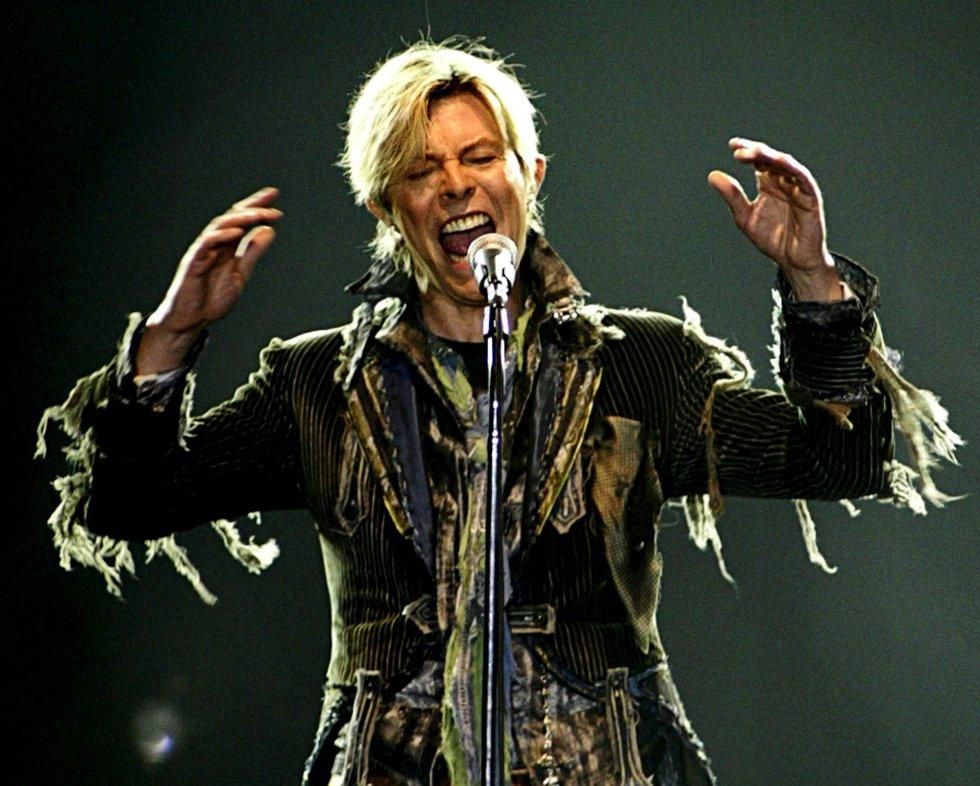 David Bowie actúa en el T-Mobile Arena de Praga durante su gira 'A reality tour', el 23 de junio de 2004.