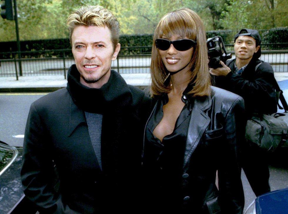 David Bowie y su mujer, Iman, a su llegada a los premios 'Q' el 7 de noviembre de 1995.