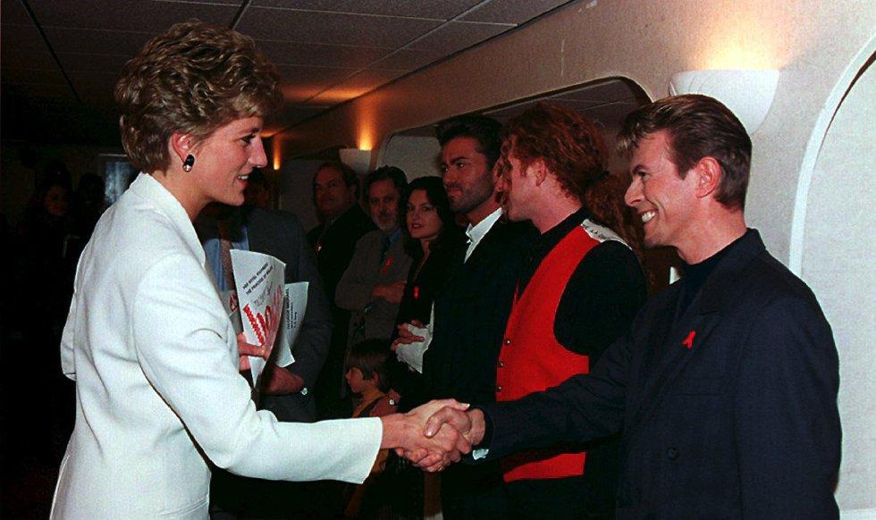 La princesa Diana de Gales y David Bowei, en el estadio de Wembley el 1 de diciembre de 1993.