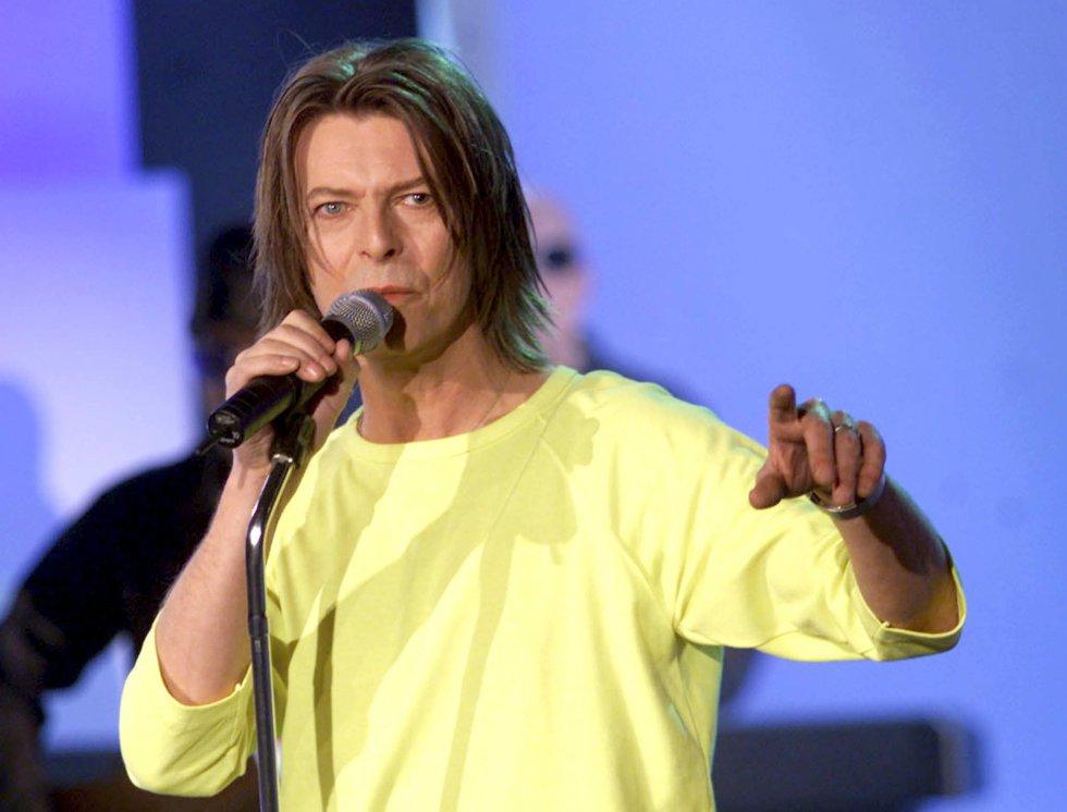 David Bowie, durante una actuación en la televisión alemana el 16 de octubre de 1999.