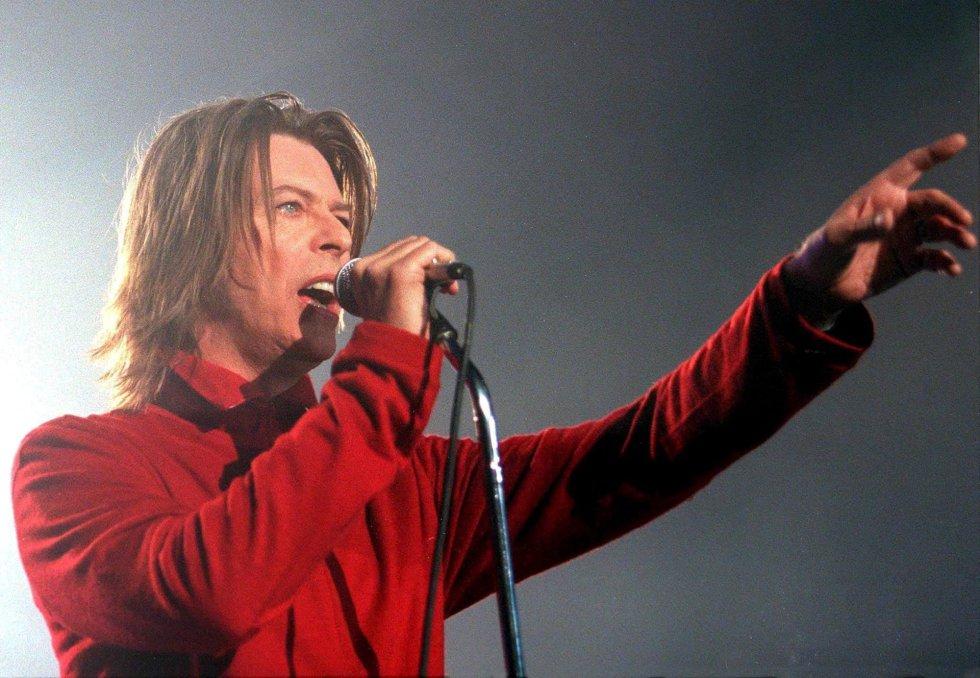 Fotografía de archivo tomada el 17 de octubre de 1999 que muestra al músico británico David Bowie durante un concierto en Viena (Austria).