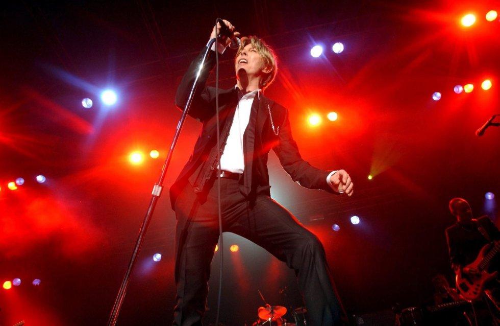 Fotografía de archivo tomada el 3 de julio de 2002 que muestra al músico británico David Bowie durante un concierto en Kristiansand (Noruega).