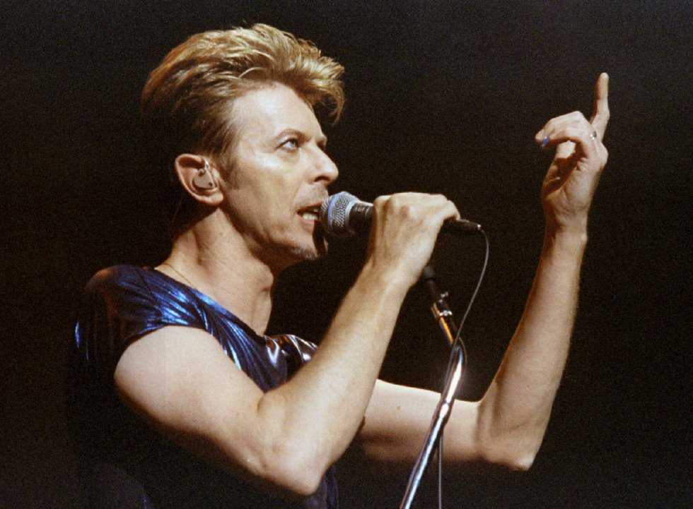 David Bowie gesticula en el Meadows Music Theater en Hartford, Connecticut, el 14 de septiembre de 1995.